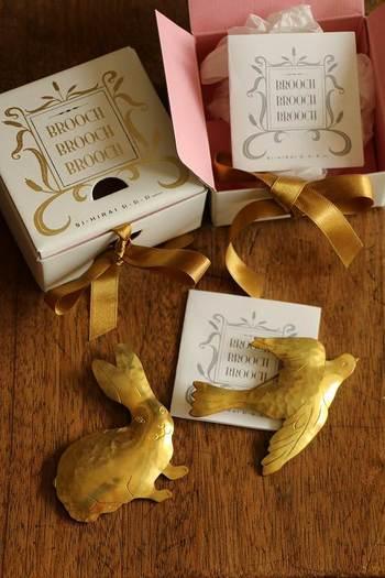 つや消しをほどこして、アンティーク風に仕上げた真鍮のブローチです。お揃いのゴールドのリボンがかけられた箱に入れれば、極上のプレゼントになりますね。