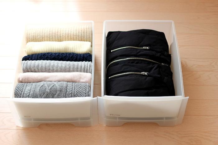 また、上から順に積み重ねていくよりも、コンパクトにたたんだものを縦に並べて入れると形が崩れにくくなります。パッと見ただけで、どんな服が入っているかすぐにわかるのも便利ですね。