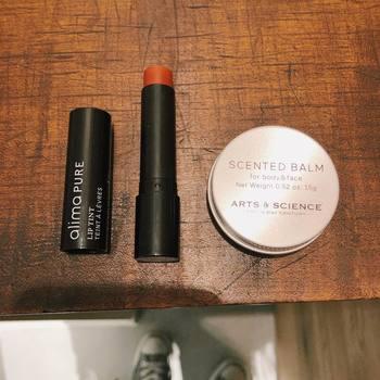 口紅の色素沈着が気になるなら、天然色素配合のリップバームもおすすめ。クレンジングいらずのものなら、色素沈着しにくいですよ。
