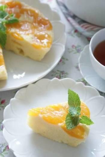 こちらのアプリコットのアップサイドダウンケーキは、オーブンで焼くのではなく、ホーロー鍋で蒸し焼きにする変わり種レシピです。ふっくらと柔らかな口当たり。