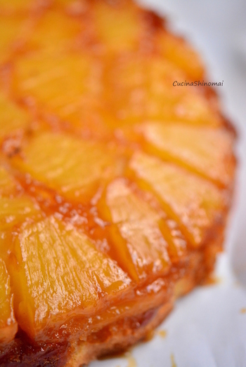パイナップルも、アップサイドダウンケーキの素材としてとても人気。パイナップルは、輪切りの形を生かすのもいいですが、写真のレシピのように小さめにカットして隙間なく敷き詰めるのもおすすめ。どこを切ってもパイナップルのおいしさが満喫できます。