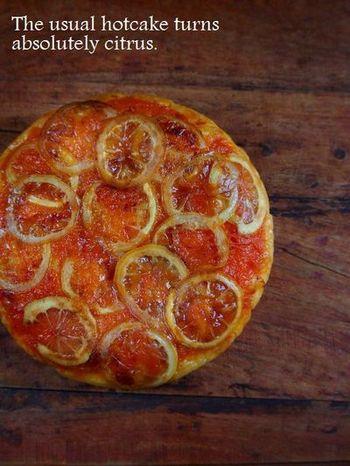 柑橘の甘酸っぱさと、皮の苦みが楽しめる、大人好みのアップサイドダウンケーキです。切り分けて冷凍しておくこともできますので、ティータイムなどにさっと出せるのがいいですね。