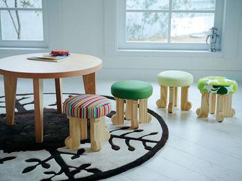 カラフルでミニサイズのスツールをかわいい子ども部屋に!家族やお友だち、みんなで過ごす時間が楽しくなる空間をつくることができます。