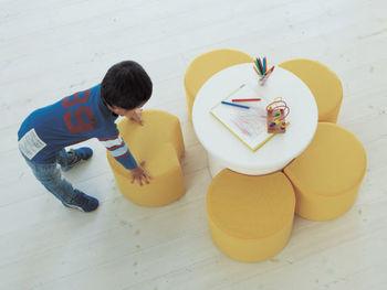上から見るとお花の形になるというユニークなスツールは、子ども部屋にぴったり。使わないときもお部屋の主役になってくれます。