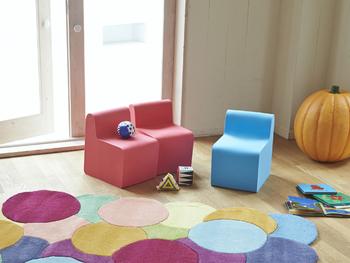 明るく開放的な子ども部屋にはカラフルな椅子も合いますね。同じ形で揃えると、色彩がにぎやかでも統一感が出ます。