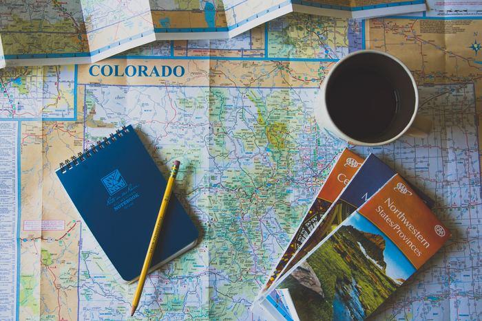 相手が地図を持っているなら、一緒に地図を見て指さしながら伝えましょう。細かく伝えられなくても、だいたいどの方向でどれくらいの時間がかかるのか、大まかに伝えることを目指しましょう。