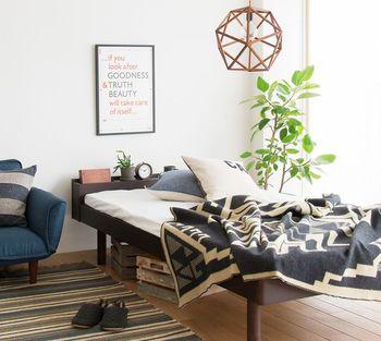 厚みと丸みのある葉っぱが印象的な観葉植物をベッドサイドに。枕元には小さな鉢植えを。グリーンに癒されながら、いい夢が見られそうです。