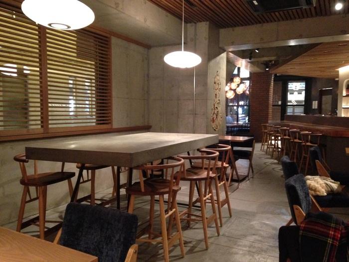 店内は、間接照明に照らされた落ち着いた雰囲気で、テーブル席とカウンター席を完備しています。ゆったりとくつろぎながら、ゲストハウスに泊まっている外国の方はもちろん、日本人でも納得の美味しい食事を食べる事ができます。