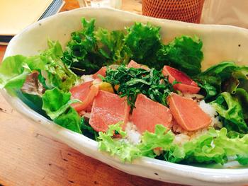 こちらは人気のランチプレート「マグロアボカド丼」。柔らかなマグロと多めに盛られたお米で、しっかりとおなかを満たせます。