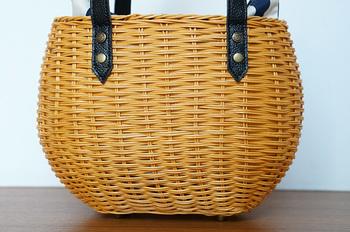 かごの素材に使われているのは籐(ラタン)。通気性が良く、軽くて丈夫なバッグに適した素材です。 天然素材を職人が1つ1つ手作業で編んでいるため、どことなくナチュラルな温もりのある風合いがあります。