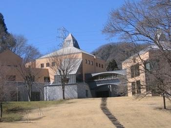 「神奈川県立 藤野芸術の家」は、藤野ふるさと芸術村プロジェクトの一環として建てられた施設。木工、陶芸、ガラス工芸などの体験工房や楽器練習用のスタジオ、コンサートホールがあり、宿泊設備やレストランを完備しています。(筆者撮影)