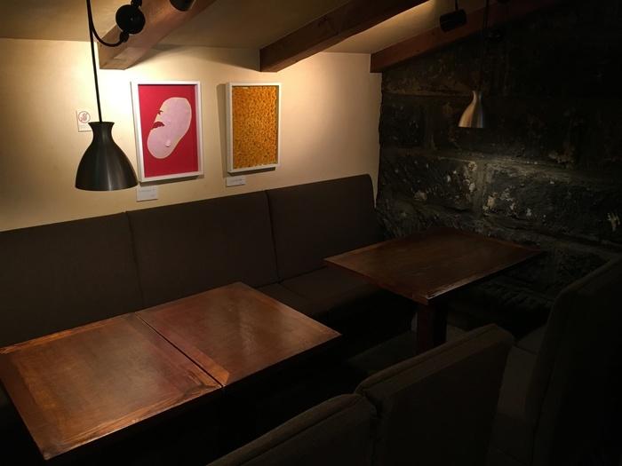 二条市場のすぐ向かいにある「寿珈琲」。札幌軟石の石壁の店内には、しんと静かな空気が流れています。