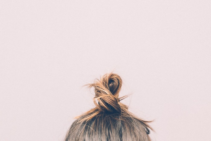 頭皮の血行不良で、カチカチに凝り固まっていると、髪への栄養が届きにくくなり、髪の一本一本が細くなってしまいます。お風呂に入る前にはブラシで髪をとかして、髪の絡まりや表面の汚れを落としてから、指でグリグリと優しく刺激してマッサージをすると、だんだんと頭皮がやわらかくなっていきます。