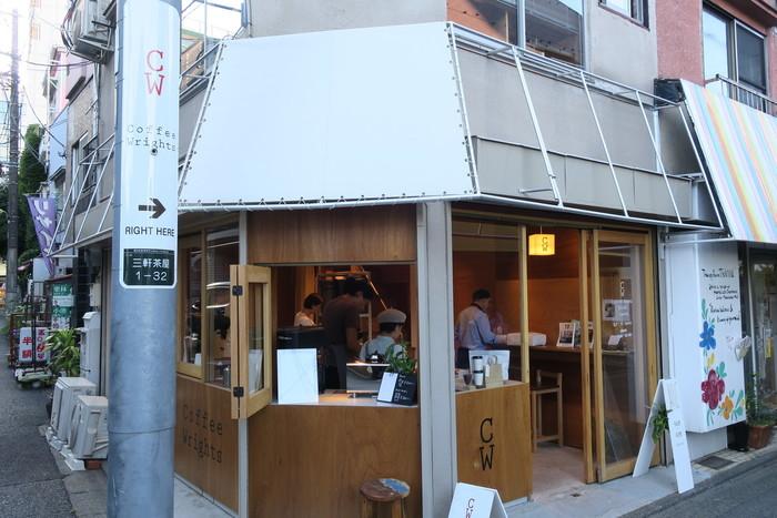東急田園都市線 三軒茶屋駅から徒歩3分。店名は「コーヒーを作る人」という意味を持つ「Coffee Wrights」です。豆を購入する人も「コーヒーを作る人」の一部と考えるこのお店では、開放的な1階部分にカウンター席と焙煎所があります。