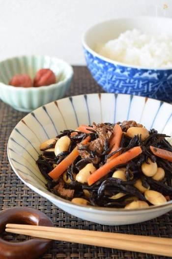 さとうを使わず、みりんを使うことでヘルシーな甘みに仕上げられるひじきの煮物レシピ。各ご家庭で調味料を工夫するのも、煮物づくりの楽しいところですね。