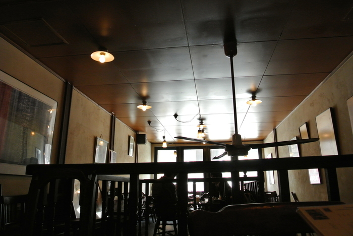 ビンテージ調の家具と抑えた色調で統一された店内は、一人で訪れてもホッとできる安心感があります。