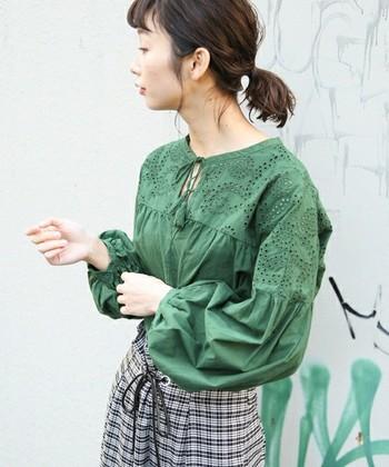 コットン素材の明るいグリーンのブラウスは、一枚着るだけでおしゃれでナチュラルな春らしいファッションになります。