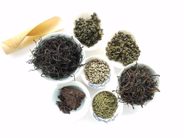 お茶の発祥地とも言われる中国には地域や季節によって数百種類ものお茶が存在しています。その分類も茶葉の色や形、香りで分けるなど多岐に渡っていますが、基本的には発酵度による「緑茶・白茶・黄茶、青茶・紅茶・黒茶」の分類が一般的です。それぞれ、代表的な銘柄をご紹介します。  白茶/銀針白毫(ギンシンハクゴウ)、白牡丹(パイムータン) 緑茶/龍井茶(ロンジンチャ)、碧螺春(ピロチュン) 青茶/凍頂烏龍(トウチョウウーロン)、鉄観音(テツカンノン) 黄茶/君山銀針(クンザンギンシン)、蒙頂黄芽(モウチョウコウガ) 紅茶/祁門(キーモン)、正山小種(ラプサンスーチョン) 黒茶/普洱茶(プーアールチャ)、六堡茶(ロッポチャ)