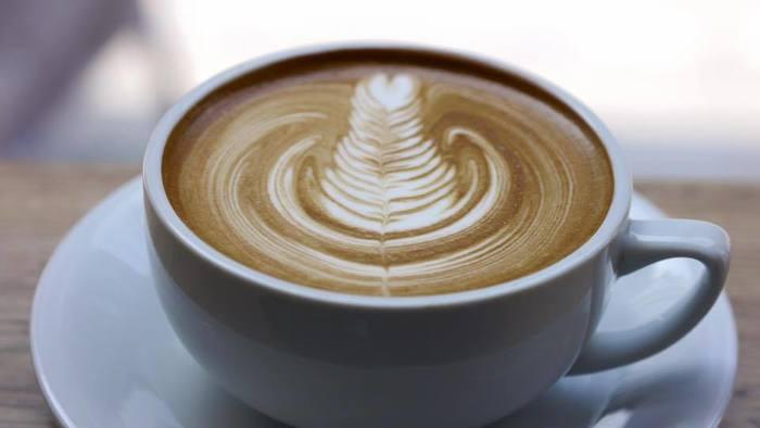 大きなマグカップにたっぷり!バリスタが淹れてくれるコーヒーは、ラテアートが美しく秀逸。ショッピング合間の休憩や、旅の途中にもふらりと立ち寄りたいお店です。