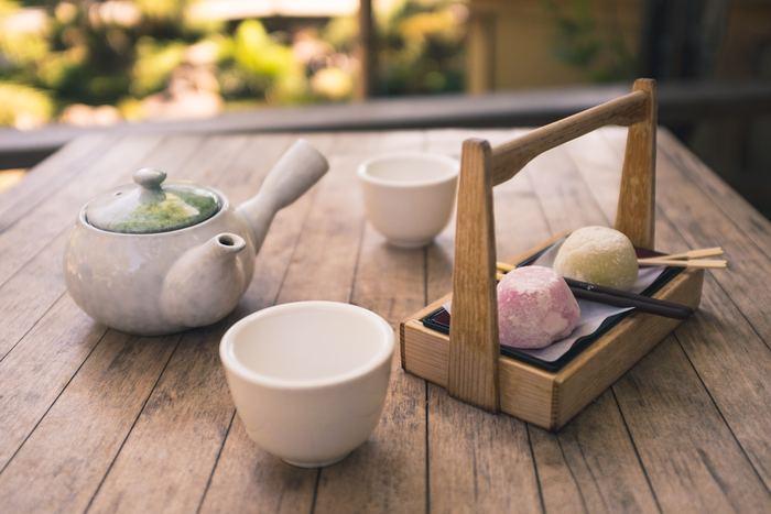 日本茶に似合う場所と言えば、やはり日本家屋。縁側に静かに座って庭を眺めながらの一杯は格別です。でも縁側のある家に住むのは難しい…そこで縁側の代わりにベランダで一服するのはいかがでしょう。外の空気にあたりながら頂くと、開放的な気分になって日本茶のスッキリ効果も倍増しますよ♪ 職場でも、窓を開けられる場所などがあれば、ぜひ試してみて。