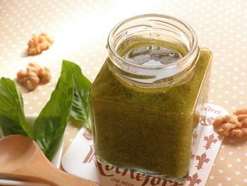 松の実は手に入りづらいし、ちょっとお高いですよね。こちらは、代用としてくるみを使ったレシピ。コクや甘みを出してくれるナッツは、惜しまずたっぷり入れるのがオススメ。カシューナッツでも代用できますよ。