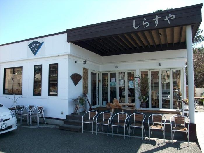 大きな窓が連なる、開放的なお店。 新鮮なしらすを求めて行列ができる大人気です。