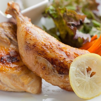 1.食材に塩をすりこんだらハーブと一緒に密閉袋へ。(密封袋がない場合はラップで包む)そのまま冷蔵庫で3時間~半日寝かせる。 2. 大きめの鍋に食材を入れ、浸るほどたっぷりと油を注ぐ。 3. 弱火~中火にかけ、温度が高くなりすぎないように80度前後を保って2時間程煮込む。(見た目では確認しづらいので、温度計を使うことをおすすめします) 4. 煮込みが完了したら、そのまま置いて油を冷まします。  焼き目がなくてもOKな場合は上記の工程で完成です。こんがり焼き目を付けたい場合は油を引かずにフライパンを熱して、食材を入れて焦げ目がつくまで焼きます。