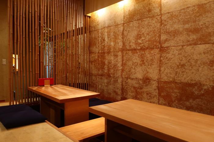 店内は洗練された和の空間。観光客で賑わうお店周辺とは対照的な、落ち着いた雰囲気です。