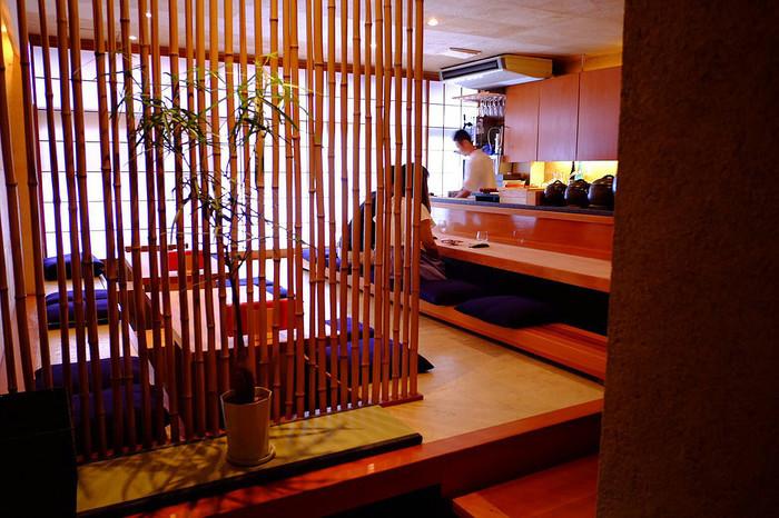 掘りごたつのテーブル席の他にカウンター席も。カウンター席からは、京都や都内の日本料理店で修業を積んだ店主の富山さんが腕を振るう様子を見ることができます。