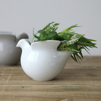 グリーンやフラワーアレンジメントを取り入れれば、お部屋の中が一気に華やいだ空間になりますよね。普通の花瓶も素敵ですが、なんとなく物足りない。そんなときに、リサ・ラーソンと長崎県の西山陶器がコラボして制作した「duva(ドゥーバ) 鳩のポット」は、いかがでしょうか? まんまるのフォルムがとってもキュート!それでいて、アレンジ次第で使い方いろいろ♪インテリアとしてだけではなく、実用性も兼ね備えています。