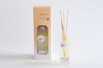 SAVON de SIESTA(サボン・デ・シエスタ)の「Room Fragrance」はナチュラルな成分だけを使用した、ほんのり香るルームフレグランスです。香りの種類は、森の香りと花の香りの2種類。心地いい香りに包まれれば、きっと気分もリフレッシュできるはず♪