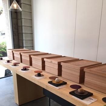 とってもシンプルな店内にセンス良く木箱が並べられ、定番の小豆のおはぎや、きな粉のおはぎをはじめ、フォトジェニックで進化系の変り種のおはぎなどまん丸で可愛いおはぎが品良く並べられています。