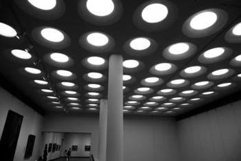 1979年、国立西洋美術館創立20周年の記念に竣工した新館は、ル・コルビュジエが設計した本館と一体に機能するように増築されました。一部の展示室の天井にはいくつものサークルがあり、アートな空間を演出しています。