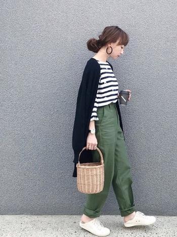 メンズライクなグリーンのミリタリーパンツと合わせたカジュアルスタイル。ルーズなシルエットは、裾をロールアップして、足首を見せることで女性らしく着こなすことができます。