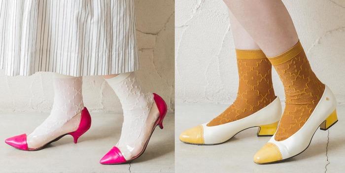 カラフルなヒールパンプスにレトロな柄の靴下を合わせたコーディネート。 素足で出かけられるあたたかい季節に、ぜひ試してみたい組み合わせ。