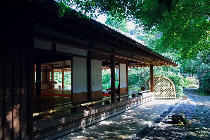 浄妙寺の境内にある茶室「喜泉庵」です。 枯山水の日本庭園を眺めながら、丁寧にたてられたお抹茶をいただけます。緑の葉を揺らして吹く爽やかな風を感じて、ゆるりとした時間に心をなごませることができる場所です。