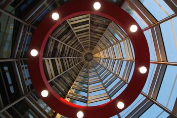 エントランスの天井を見上げると、クモの巣のようなデザイン。赤色が効いていてオシャレです。