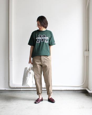 アメリカンなロコTシャツもグリーンを選ぶと落ち着いた雰囲気に。ベーシックなベージュのチノパン&ブラウンのタッセルローファーで、大人っぽいトーンでまとめています。