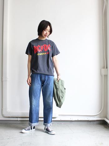 色褪せたようなヴィンテージライクなロックTシャツに、ダメージデニムを合わせたこなれ感のあるスタイリング。足元は、王道のコンバースで決まり!