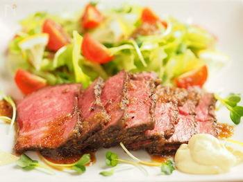 きれいなお肉の赤みが食欲をそそるローストビーフ。低温調理で火加減が難しいと思われがちですが、実は炊飯器を使えば、簡単に作ることができますよ。キャベツなど、緑の野菜を添えると、とても映えますね。