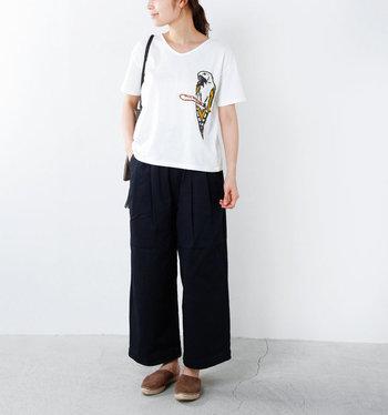 生き生きとしたオウムの刺繍がポイントのデザインTシャツ。ワイドパンツとエスパドリーユで落ち着いたリラックスムード漂う大人カジュアルなスタイリングでまとめています。