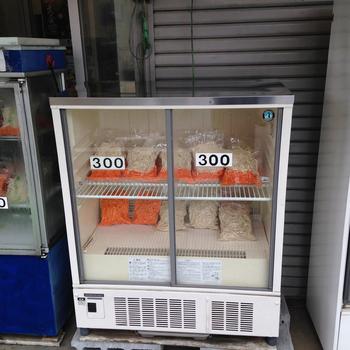お店の外に並べられたショーケースには、すぐに食べられる調理済みのきんぴらごぼうと、牛蒡と人参が千切りになった調理前のきんぴらごぼうが売られています。