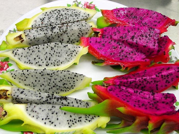 カラフルな色の南国フルーツで見た目は甘そうに見えますが、日本ではあまり甘みを感じないものがほとんどです。実はそれには理由があり、日本での流通品はほぼ輸入品で、日持ちをさせなければならないため未熟な状態で収穫されます。さらにバナナなどとは違い追熟しないので、収穫後の状態から糖度が増すことがないため、「甘みの少ないあっさりした果物」と認識されている方は多いのではないでしょうか。