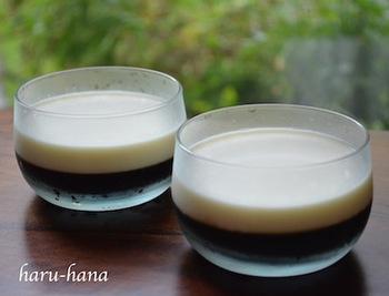 食後にコーヒーが飲みたくなるという方も多いのでは?こちらは、コーヒー×生クリームの二層の色がきれいな「コーヒーゼリー」です。生クリームもゼリーにしているので、溶ける心配はありません。甘さ控えめで作って、その場にガムシロを用意しておけば、お好みで甘さを足せて、喜ばれそうですね。