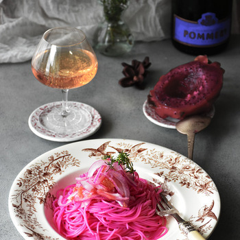 鮮やかなピンクが美しい!どんな味なのか想像がつかないところが興味をそそる、たらこと梅肉とドラゴンフルーツを使ったパスタ。暑い日のさっぱりメニューにどうぞ♪