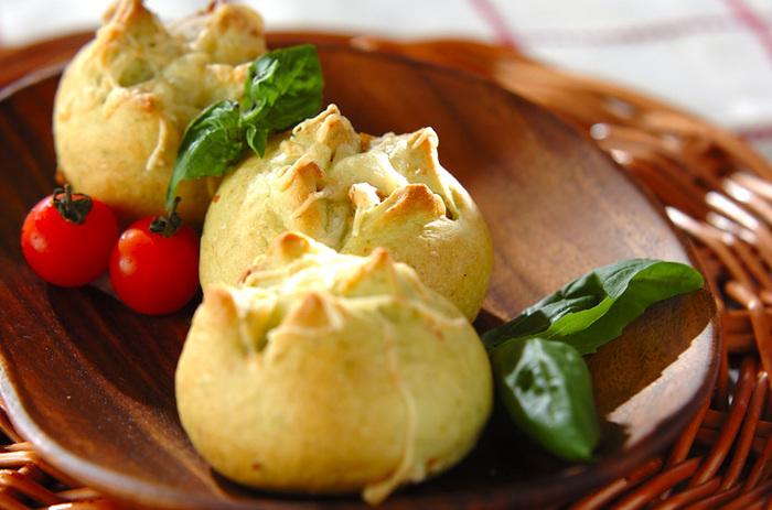 パンの生地にジェノベーゼを練り込んだパン。イタリアンな風味のおかずパンは、肉料理やパスタにもよく合います。なかに入っているのはたっぷりのクルミですが、チーズを入れても美味しそう♪