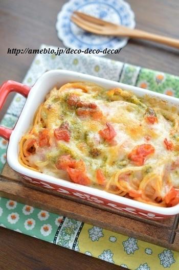パスタにソースを絡めてトースターで焼くレシピ。トマトソースとジェノベーゼ、そしてとろ〜りチーズが絡まる香ばしい美味しさは、まるでピザのよう!?