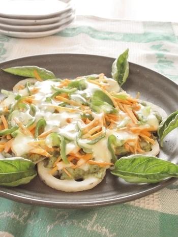 ピザ生地の変わりにレンコンを使ったレシピは、ピザよりローカロリーで栄養たっぷり。レンコンの食感も楽しい一品です。