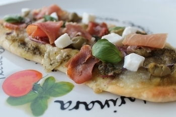 モッツアレラチーズに赤玉ねぎ、生ハムをのせたピザ。具材のアイディアは自由ですが、相性が良い具材を揃えるとジェノベーゼソースの美味しさも際立ちます♪