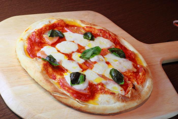 ジェノベーゼソースといえば定番なのがマルゲリータピザ。焼き立てのピザがおうちで簡単につくれるなんて嬉しいですね!